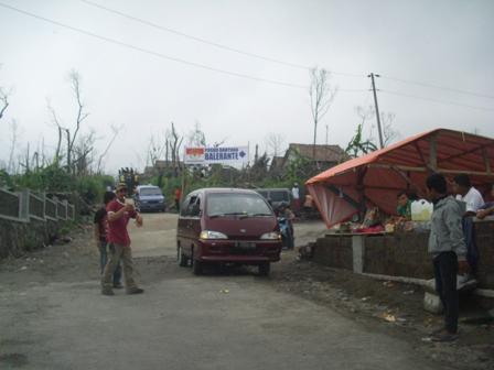 Espos/Rohmah Ermawati  Sejumlah kendaraan pengunjung melintas di kawasan Balerante, Kecamatan Kemalang, Klaten, Minggu (2/1).