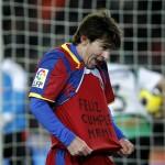 """Lionel Messi saat merayakan gol yang diciptakannya dengan menyibak kaus tim dan menunjukkan tulisan berbunyi """"happy birthday mummy""""  pada laga La Liga melawan Racing Santander."""