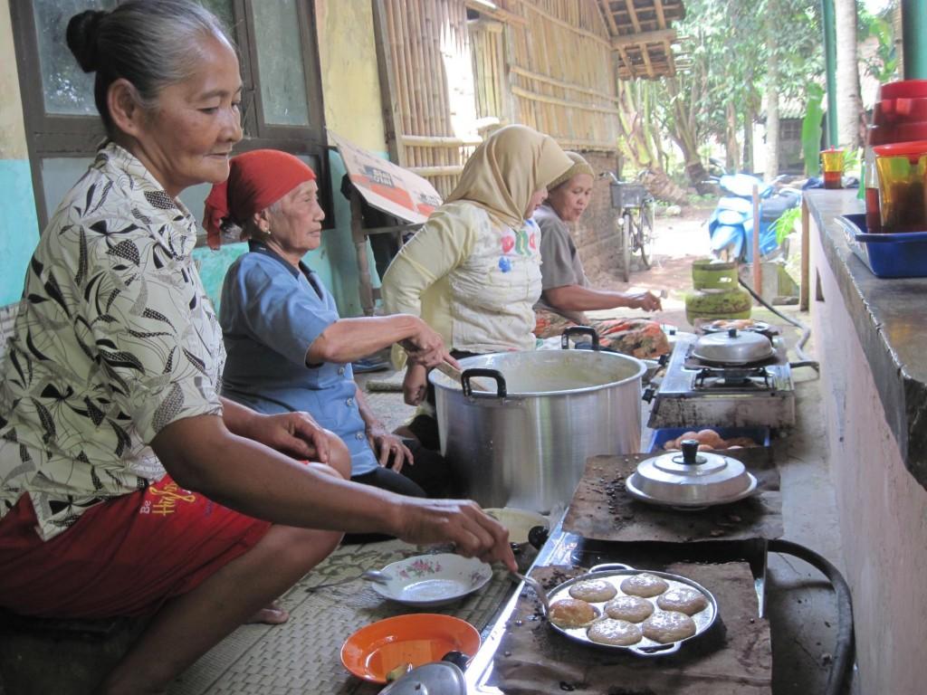 Sejumlah warga Desa Bendan, Kecamatan Banyudono, Kamis(27/1), membuat apem yang akan digunakan untuk ritual sebar apem kukus keong emas hari ini.