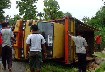 TERGULING--Sebuah truk bermuatan 200 sak brambut terguling di sebelah barat Jembatan Sumberan, Japoh, Jenar, Sragen, Minggu (9/1) pagi, (FOTO:Espos/Tri Rahayu)