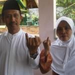 BERSAMA--Daryanto dan istri Rostiti Ningtiastuti seusai mencoblos di TPS 14 Plumbungan, Karangmalang pada Pilkada Sragen 2011, Sabtu (19/3) pagi