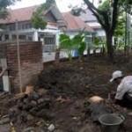 Rumah pagar warga RW IX Kelurahan Joyosuran dikepras