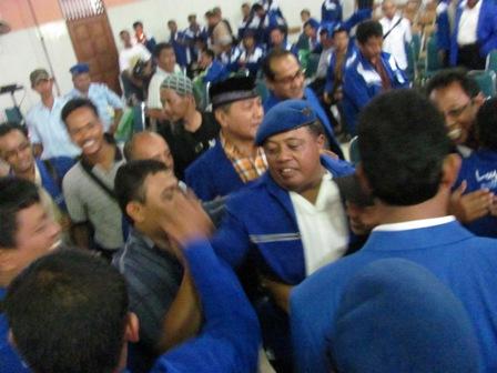 DARMADI MENANG-Darmadi (pakai baret) merayakan kemenangan dalam pemilihan Ketua DPD PAN Klaten di Hotel Bima Klaten, Minggu (1/5/2011)