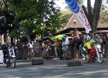 ADU KECEPATAN -- Dua dracer adu cepat di trek lurus dalam Dragbike Open Championship 2011 di lintasan Alun-alun Purwodadi, Minggu (19/6). Kejuaraan adu kecepatan ini mempertandingkan 15 kelas. (JIBI/SOLOPOS/Arif Fajar S)