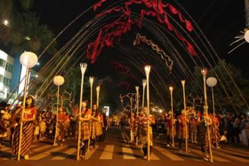 BARISAN OBOR -- Parade Solo Batik Carnival juga akan disemarakkan oleh para pembawa obor, seperti yang terlihat saat para pelakunya tengh berlatih dalam gladi resik, Kamis (23/6/2011) malam lalu. (JIBI/SOLOPOS/Agoes Rudianto)