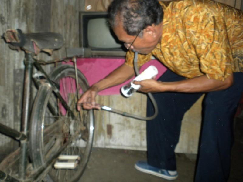 AMBIL SAMPEL -- Petugas Seorang peneliti BBP2VRP Salatiga mengambil sampel nyamuk di rumah milik Warso, warga Dukuh Grasak RT 41, Gondang, Sragen, Kamis (21/7/2011). (JIBI/SOLOPOS/Tri Rahayu)