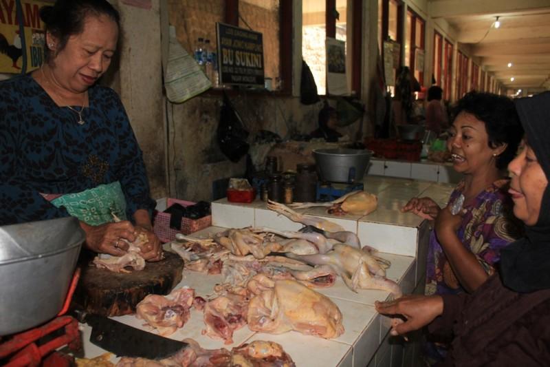 HARGA NAIK -- Seorang pedagang  daging ayam tengah melayani pembeli di Pasar Wonogiri Kota, Minggu (24/7/2011). (JIBI/SOLOPOS/Suharsih)