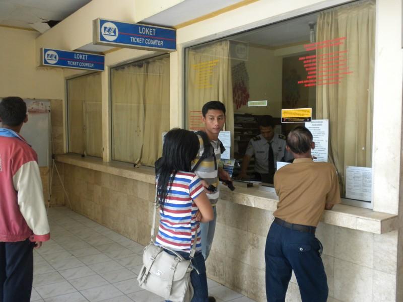 Pembelian tiket kereta api (JIBI/Solopos/Tri Rahayu)