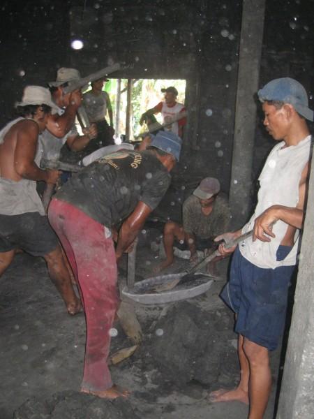 Sejumlah pekerja menempa campuran timah dan tembaga yang akan dibuat menjadi gong di salah satu sentra kerajinan gamelan di Dukuh Wirun, Desa Wirun. (Triyono)