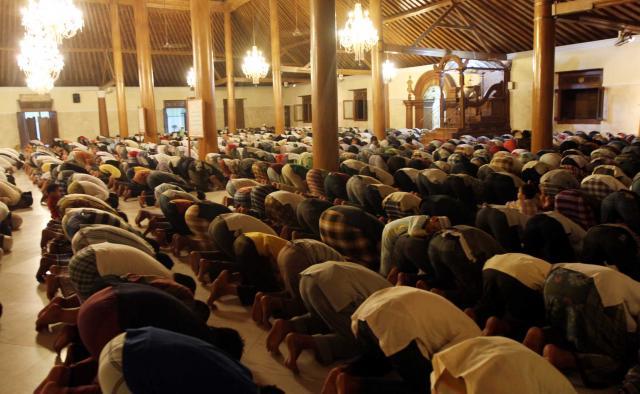 Prosesi Sholat Tarawih di Masjid Agung Keraton Surakarta