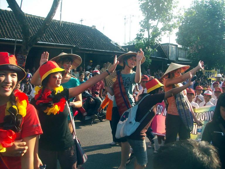 Sejumlah turis asing turut memeriahkan karnaval. (Chrisna Chanis Cara)