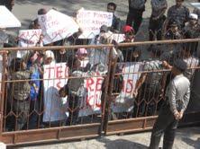 Mahasiswa yang tergabung dalam Koalisi Masyarakat Anti Korupsi (KMAK) Grobogan demo di Kejaksaan Negeri (Kejari) Purwodadi. (Arif Fajar S)