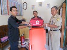 Korlap Program Sekolah Siaga Bencana PMI Provinsi Jawa Tengah, Nasir Jamaludin (kiri) menyerahkan bantuan peralatan siaga bencana kepada Kepala SDN 4 Purwodadi, Sukardi SIP. (Arif Fajar S)