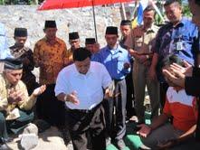 Komisaris Utama PT Angkasa Pura I Soeratto Siswo Diharjo (keempat dari kiri) bersama Asisten I Setda Karsino (kedua dari kanan) berdoa sebelum melakukan peletakan batu pertama pembangunan Masjid Al Barokah. (Ahmad Mufid Aryono)