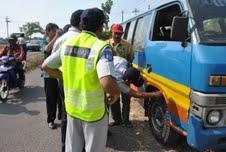 Puluhan kendaraan umum antarkota antarprovinsi (AKAP) terjaring dalam operasi gabungan yang digelar oleh UPP Jateng Wilayah Surakarta. (Farid Syafrodhi)