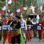 Kirab Hari Jadi Sukoharjo, warga menyemut di Jl Jendral Sudirman