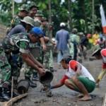 KARYA BHAKTI TNI : Kodim Gunungkidul Bantu Warga Ngrombo Karangmojo Bangun Jalan