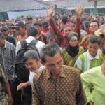 Ratusan warga dari empat desa di Kecamatan Giriwoyo meninggalkan pendapa Balaidesa Pidekso, Kamis (7/4/2011), seusai mengikuti pertemuan untuk menegaskan penolakan mereka terhadap rencana pembangunan Waduk Pidekso. (Dok/JIBI/Solopos)