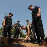 PANTAU ARUS MUDIK-Personel Brimob mengecek kondisi rel di Stasiun Balapan, Solo, Rabu (24/8/2011). Sebanyak 396 personel Brimob diterjunkan untuk memantau arus mudik. (JIBI/SOLOPOS/Agoes Rudianto)