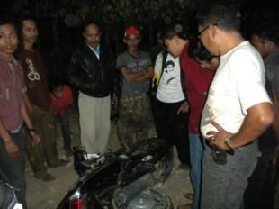 MOTOR REMUK—Sejumlah warga setempat memperhatikan kondisi motor Yahama Mio milik korban yang remuk tergeletak di pinggir Jl Sragen-Sambirejo-Karangmalang, tepatnya di Dukuh Banjarsari RT 30, Desa Ngarum, Ngrampal, Sragen, Jumat (26/8/2011). (JIBI/SOLOPOS/Tri Rahayu)