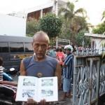 SEJARAH -- Subagyo, 57, warga Tegalharjo RT 4/ RW V, Jebres, Solo, menunjukkan buku berisi sejarah GBIS Kepunton yang dibagikan oleh Jonathan Setiawan, pendeta gereja setempat. (JIBI/SOLOPOS/Muhammad Khamdi)