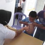 Sejumlah orangtua mengantarkan anaknya yang menderita cacar air, berobat di Poliklinik Kesehatan Desa (PKD) Koripan, Kecamatan Matesih, Jumat (9/9/2011). (JIBI/SOLOPOS/Farid Syafrodhi)