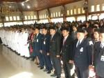 UPACARA PELANTIKAN -- Para pejabat yang dimutasi mengikuti upacara pengambilan sumpah jabatan di Pendapa Rumah Dinas Bupati Sragen, Sabtru (1/10/2011).