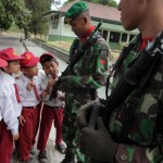 SISWA SD KUNJUNGI MARKAS TNI