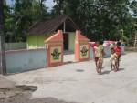 PENINGGALAN -- Anak-anak bermain di tempat gajah dan pawang yang tewas akibat terjebak lumpur dimakamkan di lingkungan RT 02/RW IV Kelurahan Begajah Kecamatan Sukoharjo Kota. (JIBI/SOLOPOS/Triyono)