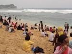 Suasana Pantai Nampu, Paranggupito, yang dipenuhi pengunjung saat liburan. Para nelayan setempat selama ini dilarang sandar di pantai ini karena dinilai mengganggu wisatawan dan membuat kotor lingkungan. (JIBI/Solopos/Dok)