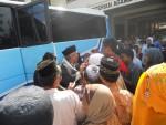 SAMBUTAN -- Bus yang membawa para jemaah yang termasuk dalam Kloter Sapu Jagat diserbu para penjemput saat tiba di Kantor Kemenag Grobogan, Minggu (11/12/2011). (JIBI/SOLOPOS/Arif Fajar S)