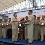 BEBAS BABS—Bupati Grobogan Bambang Pudjiono SH (kiri) menyerahkan penghargaan kepada Kades Tegowanu Waryoto (kanan) sebagai tokoh masyarakat terbaik di bidang Sanitasi Total Berbasis Masyarakat (STBM), saat Deklarasi 100 Desa Bebas BABS (buang air besar sembarangan-red) yang digelar di halaman SMPN 1 Tegowanu, Kecamatan Tegowanu, Grobogan, Selasa (20/12/2011).(JIBI/SOLOPOS/Arif Fajar S)