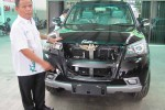 Sukiyat di bengkelnya dengan salah satu mobil yang dirakit oleh siswa SMK. Foto diambil Rabu (4/1/2012). (JIBI/SOLOPOS/Moh Khodiq Duhri)