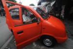 TAWON -- Mobil Tawon yang diproduksi PT Super Gasindo Jaya, Rangkasbitung, Banten, dipamerkan kepada wartawan di Solo, Sabtu (7/1/2012). (JIBI/SOLOPOS/Agoes Rudianto)
