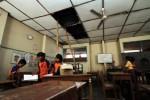 JIBI/SOLOPOS/Burhan Aris Nugraha. SEKOLAH RUSAK--Siswa SD Pucang Sawit Jebres, Solo, Sabtu (14/1/2012) mengemasi buku dan membersihkan ruang kelas mereka yang kondisi atapnya ambrol dan ditopang dengan bambu serta sebagian tembok mulai retak. Kerusakan ruang kelas 4, 5 dan 6 SD Pucang Sawit tersebut membuat siswa masuk bergantian jam sekolah dan sebagian harus belajar di teras sekolah.