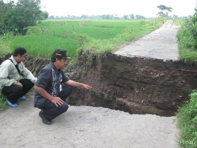 PUTUS-Camat Karanganom, Herlambang Joko Santoso, menunjukkan jembatan yang putus di Dukuh Karanganom, RT2/RWVI, Desa Karanganom, Kecamatan Karanganom, Klaten. Jembatan tersebut menghubungkan tiga desa.(JIBI/SOLOPOS/Taufiq Sidik P)