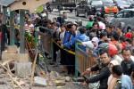 Lokasi kecelakaan 'Xenia maut' yang merenggut 9 nyawa pejalan kaki masih ramai dikunjungi warga di halte Tugu Tani, Jalan Ridwan Rais, Jakarta Pusat, Rabu (25/1/2012). (JIBI/Bisnis/Dok)