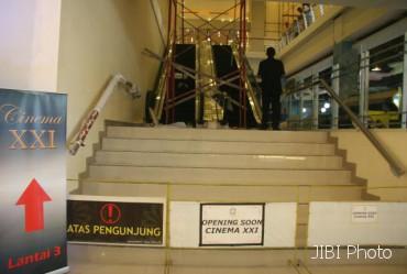 XXI SOLO-Bioskop Cinema XXI terus dikebut pembangunannya di Solo Square. Tempat pemutaran film sebanyak lima studio itu rencananya akan dibuka pada Jumat (20/1/2012) mendatang. Foto diambil Selasa (17/1). (JIBI/SOLOPOS/Agoes Rudianto)