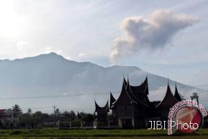 Gunung Marapi terlihat dari Koto Tuo, Nagari Balai Gurah, Kecamatan Ampek Angkek, Kabupaten Agam, Sumbar, beberapa waktu lalu. (JIBI/Solopos/dok)