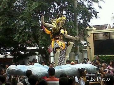 MENARIK PERHATIAN -- Salah satu karakter wayang dalam ukuran raksasa yang ikut diarak dalam Solo Wayang Carnaval, Sabtu (18/2/2012) sore. Karakter ini adalah Gatotkaca. (JIBI/SOLOPOS/Sri Handayani)