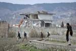 DIHANCURKAN -- Polisi berjaga di sekitar rumah bekas tempat persembunyian Osama Bin Laden di Abbotabad, Pakistan, yang terlihat di latar belakang dalam kondisi mulai hancur. Pihak berwenang Pakistan mulai menghancurkan rumah itu karena dikhawatirkan dijadikan tempat izarah. (JIBI/SOLOPOS/Reuters)
