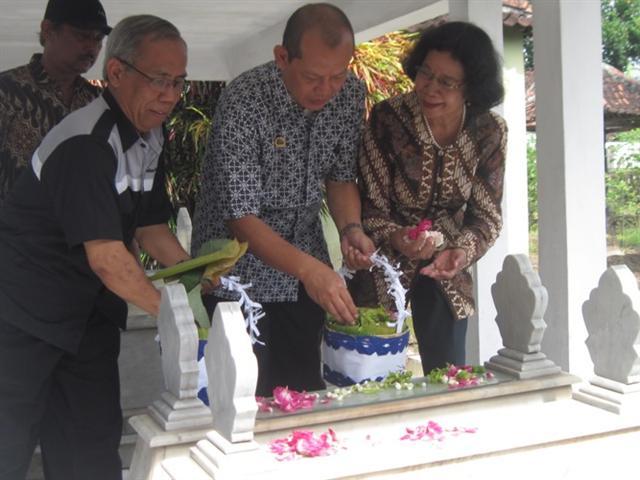 ZIARAH— Ketua Persatuan Wartawan Indonesia (PWI) Jogja Sihono (2 kanan) melakukan tabur bunga di makam Mr Sumanang salah satu tokoh pers di DIY, Sabtu (18/2).  (HARIAN JOGJA/Wisnu Wardhana)
