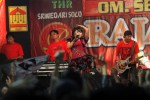 JIBI/SOLOPOS/Burhan Aris Nugraha OM SERA--Orkes melayu Sera asal Gresik, Jawa Timur tampil menghibur ratusan Seramania yang menyaksikan spesial show musik dangdut di THR Sriwedari, Solo, Rabu (7/3/2012) malam. JIBI/SOLOPOS/Burhan Aris Nugraha