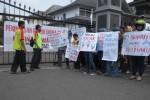 DEMO BURUH-Sejumlah mantan buruh pabrik plastik Diana Plast di Grogol Sukoharjo, mengglar aksi di depan kantor Pemkab Sukoharjo, Selasa (13/3/2012). Iskandar/JIBI/SOLOPOS