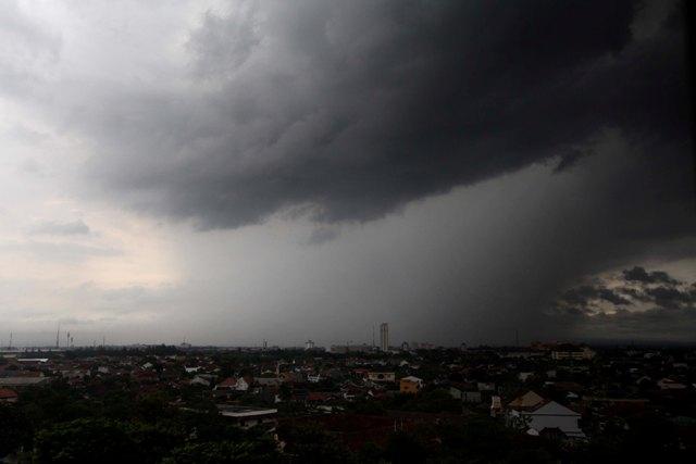 Ilustrasi awan kelabu terlihat dari gedung bertingkat di Kota Solo. (JIBI/Solopos/Dok.)