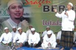 PIMPIN ZIKIR -- Ustad Arifin Ilham memimpin doa dan zikir bersama dalam rangkaian peresmian kantor perwakilan Andiarta Wisata di Jl Gajah Mada, Kampung Mojo, Sragen Kulon, Sragen, Minggu (25/3/2012). (JIBI/SOLOPOS/Tri Rahayu)