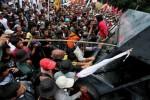 DEMO BBM: Demo di DPR Memanas, Massa Paksa Buka Gerbang Utama