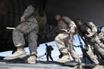 SIAP BERTUGAS -- Personel militer AS beriringan menaiki pesawat angkut di Pangkalan Udara Manas, Kyrgyzstan, yang akan membawa mereka ke medan tugas di Afghanistan. (JIBI/SOLOPOS/Reuters)