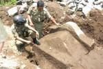 PENEMUAN BATU-Petugas Satpol PP Boyolali mengamati batu yang diduga benda bersejarah yang ditemukan di Kampung Watutelenan, Kelurahan Pulisen, Kecamatan Boyolali Kota, Senin (26/3).