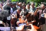 TOLAK KENAIKAN BBM-Ketua DPRD Sukoharjo, Dwi Jatmoko, menandatangani pernyataan sikap menolak kenaikan harga BBM di hadapan massa peserta demonstrasi yang tergabung dalam Gerakan Rakyat Sukoharjo Bersatu (GRSB) di halaman Kantor DPRD setempat, Rabu (28/3/2012). (Triyono/JIBI/SOLOPOS)